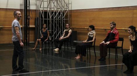 Angelin Preljocaj dirigiendo el ensayo de El Espectro de la Rosa — con Angelin Preljocaj, Eva Boiro, Lucio R. Vidal y Agnès López Río en Compañía Nacional de Danza, Spain