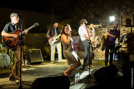 Cromática Pistona actuando en la 'Noche de Varieté' de Costa Contemporánea en el Anfiteatro de Rodalquilar.